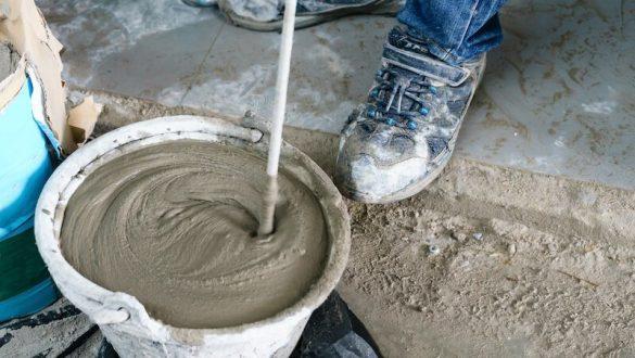 gjuter betong i hink