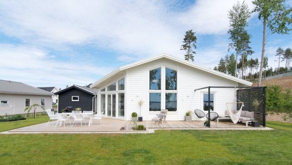 hus med gräsmatta